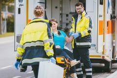 Mediziner und Notfall behandeln nähernden Standort des Unfalles Stockfotografie