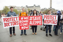 Mediziner unter Beschuss Sammlung im Trafalgar-Platz Stockfotos