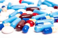 Medizinfarbpillen oder -kapseln auf wei?em Hintergrund mit Kopienraum Drogenmakrofoto Drogenverordnung f?r Behandlung stockfotos