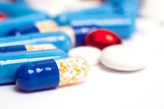 Medizinfarbpillen oder -kapseln auf wei?em Hintergrund mit Kopienraum Drogenmakrofoto Drogenverordnung f?r Behandlung lizenzfreie stockbilder