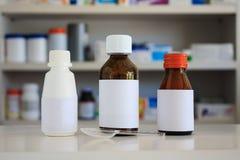 Medizinflasche mit Unschärferegalen der Droge Stockbilder