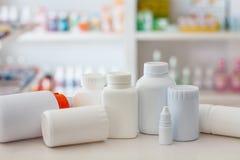 Medizinflasche mit Unschärferegalen der Droge in der Apotheke d Lizenzfreies Stockbild