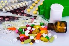 Medizinische Ampules, Flaschen, Pillen und Spritzen, auf Weiß stockfoto