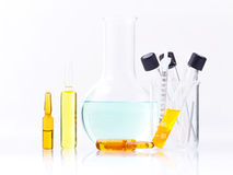 Medizinische Ampullen und Spritze getrennt auf weißem Hintergrund Stockbilder