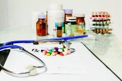 Medizinische Apothekerverordnungs-Materialform - leere Verordnung und Pillen auf Tabelle Lizenzfreies Stockbild