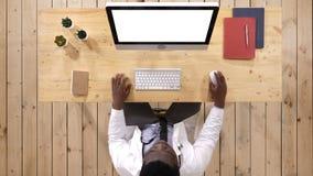Medizinische Arbeitskraft, die auf dem Computer schreibt Weiße Bildschirmanzeige stock video