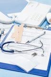 Medizinische Ausrüstung auf Büroschreibtisch des Doktors Stockbild