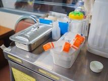 Medizinische Ausrüstung auf medizinischer Laufkatze für Krankenpflege in der Klinik Lizenzfreies Stockbild