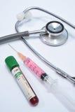 Medizinische Ausrüstung auf weißem Hintergrund Stockbild