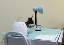 Medizinische Ausrüstung im Krankenhauskabinett stockbilder