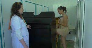 Medizinische Ausrüstung Kryotherapie Kryotherapiekapsel in der cosmetological Klinik Junge Frau in einer vollen Körperkryotherapi stock footage
