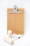 Medizinische Ausrüstung mit einem leeren hölzernen Brett für Mitteilungen Stockbild