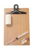 Medizinische Ausrüstung mit einem leeren hölzernen Brett für Mitteilungen Lizenzfreie Stockfotografie
