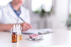 Medizinische Bedarfe auf Tabelle stockbilder