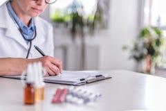 Medizinische Bedarfe auf Tabelle lizenzfreie stockfotos