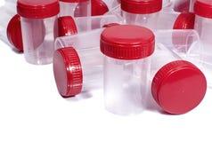 Medizinische Behälter mit roten Kappen Stockfoto