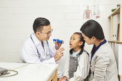 Medizinische Behandlung in Asien stockbild