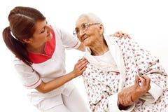 Medizinische Behandlung für eine alte Frau Stockbild