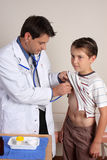 Medizinische Überprüfung des Kindes Lizenzfreies Stockfoto