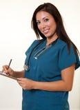 Medizinische Berufsfrau des hübschen amerikanischen Ureinwohners Stockfoto