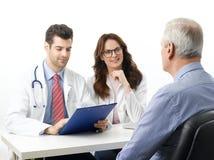 Medizinische Diskussion am Krankenhaus mit älterem Patienten Lizenzfreie Stockfotografie