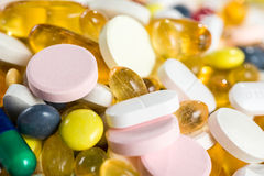 Medizinische Drogen, Pillen und Kapseln in den Kapseln und Tabletten der Nahaufnahme auf weißem Hintergrund Lizenzfreie Stockbilder