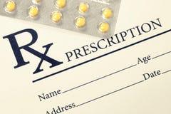 Medizinische Drogenverordnung und -pillen über ihr Gefiltertes Bild: Kreuz verarbeiteter Weinleseeffekt Lizenzfreie Stockfotografie