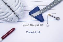Medizinische Druckform mit Diagnose Demenz mit der Zahl des menschlichen Gehirns, neurologischer Reflexhammer, neurologische Nade Stockfoto