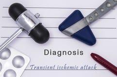 Medizinische Druckform mit Textdiagnose transitorischer ischämischer Attacke, zwei medizinische neurologische Reflexhämmer, Mediz Lizenzfreies Stockbild