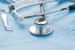 Medizinische Einzelteile und Stethoskop lizenzfreie stockfotos
