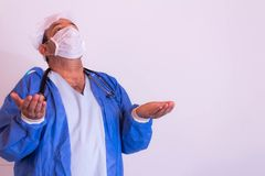 Medizinische Fachkraft mit seiner Uniform auf einem neutralen Hintergrund stockfotos