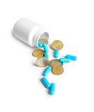 Medizinische Flasche mit Pillen und Münzen Stockbild