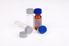 Medizinische Flaschen mit Plastikschutzkappen Stockbild