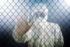 Medizinische Gesundheitswesen-Arbeitskraft, die Stoppschild zeigt Lizenzfreies Stockfoto