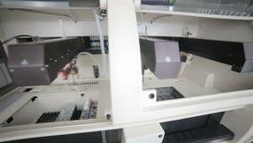 Medizinische Hämatologieanalysatormaschine, die automatisch für komplettes Blutbild des Tests arbeitet stock video