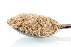 Medizinische Hülsen Isabgol, des ispaghula oder des Psyllium auf einem Edelstahllöffel lokalisiert auf weißem Hintergrund mit Sch Lizenzfreie Stockfotografie