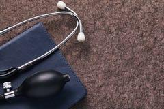 Medizinische Instrumente auf einer Steinoberfläche mit Kopienraum stockfotografie