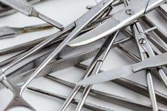 Medizinische Instrumente der Weinlese, Skalpell, Scheren, Clip und Pinzette auf weißem lokalisiertem Hintergrund stockfoto