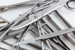Medizinische Instrumente der Weinlese, Skalpell, Scheren, Clip und Pinzette auf weißem lokalisiertem Hintergrund lizenzfreie stockfotos