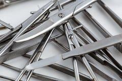 Medizinische Instrumente der Weinlese, Skalpell, Scheren, Clip und Pinzette auf weißem lokalisiertem Hintergrund stockbilder