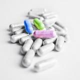 Medizinische Kapseln auf weißem Hintergrund Stockfoto