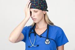 Medizinische Krankenschwester mit Druck-Kopfschmerzen Stockbild