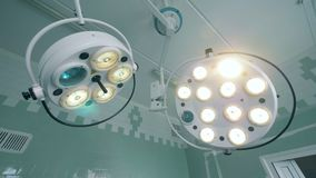 Medizinische Lampen in einem Chirurgieraum, Abschluss oben Medizinischer Teildienst stock video