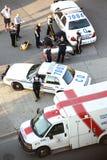 Medizinische Leute und helfender Herzinfarktmann der Polizei Stockfoto