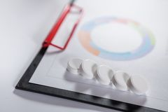 Medizinische Marketing- und Gesundheitswesenunternehmensanalyse berichten mit g Stockbild