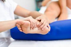 Medizinische Massage am Fuß in einer Physiotherapiemitte stockfotos