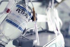 Medizinische Nadel für intravenöse Infusion gegen medizinische Geräte Stockfoto