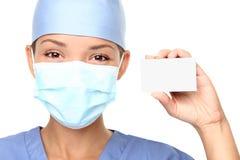 Medizinische Person, die Visitenkarte zeigt Stockfotos