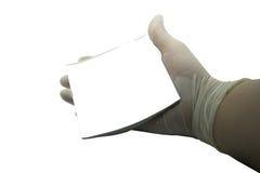 Medizinische Person hält weißes Briefpapier auf dem weißen Hintergrund Stockbilder