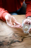 Medizinische Pille auf der runzligen Hand eines alten Mannes Stockbilder